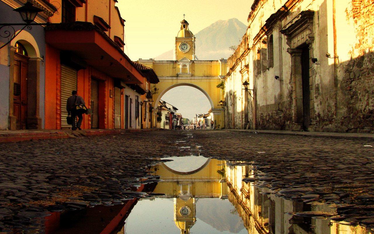 calle-antigua-guatemala-del-arco-santa-catalina
